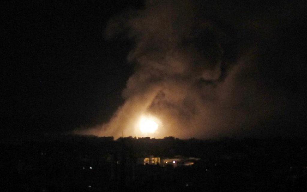 Fumée dans la ville de Gaza après une frappe aérienne (Crédit :  Abed Rahim Khatib/Flash90)