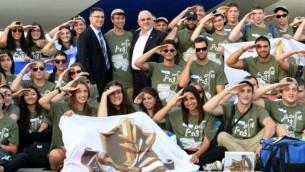 Reuven Rivlin venu accueillir les nouveaux immigrants à Ben Gurion - (Crédit : Mark Neyman/GPO/ FLASH90)