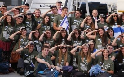 100 hommes et femmes qui ont immigré en Israël pour rejoindre l'armée israélienne, à l'aéroport Ben Gurion, le 12 août, 2014 (Crédit : Flash90)