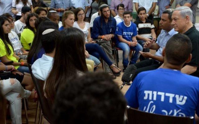 Le Premier ministre Benjamin Netanyahu rencontre des jeunes Israéliens de Sderot, le 18 août, 2014 (Crédit : Amos Ben Gershom / GPO / FLASH90)