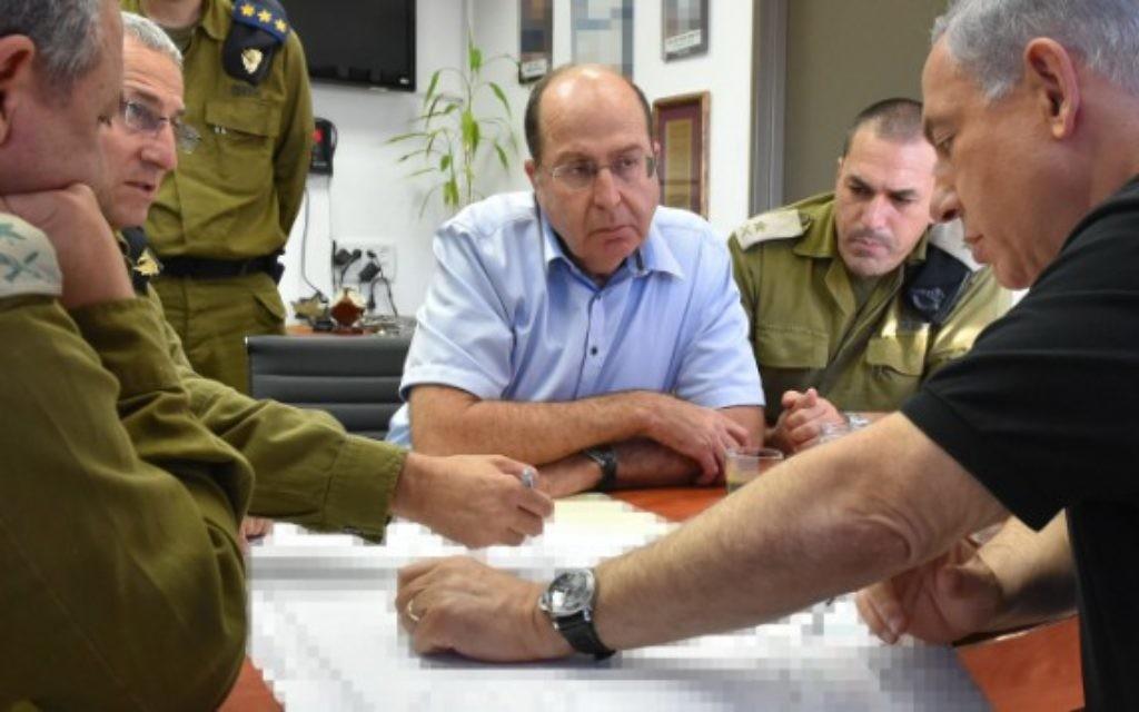 Le Premier ministre Benjamin Netanyahu, à droite, et le ministre de la Défense Moshe Yaalon, en face, vu lors d'une visite au port d'Ashdod le 18 août, 2014 (Crédit : Ariel Hermoni / Ministère de la Défense / Flash90)