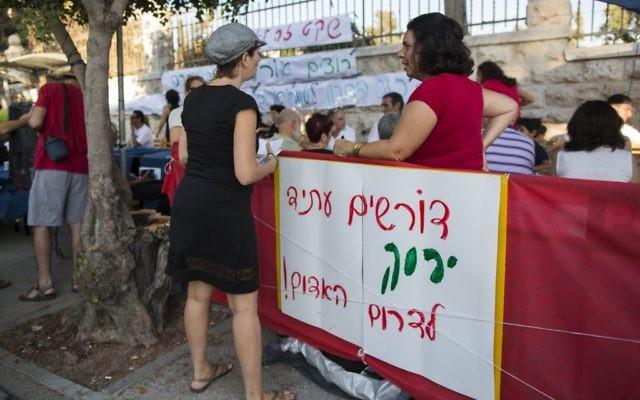 Les parents du Sud pour réclamer le calme dans le sud de Jérusalem, le 22 août, 2004 (Crédit : Yonatan Sindel / Flash90)