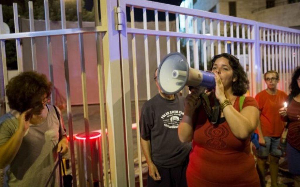 Les résidents des communautés vivant près de la frontière de Gaza tiennent des bougies et protestent près de la résidence du Premier ministre à Jérusalem le 22 août 2014, réclamant la paix et la tranquillité pour leurs communautés. (Crédit : Yonatan Sindel / Flash90)