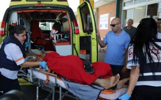 Un homme blessé par un tir de mortier est évacué à l'hôpital Barzilai d'Ashkelon (Crédit: Edi Israel/Flash90)