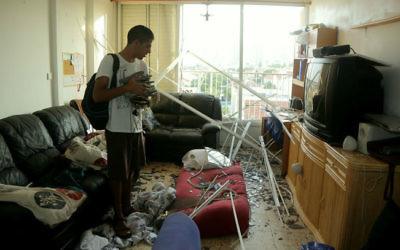 Un immeuble endommagé par l'explosion d'une roquette, tirée depuis la bande de Gaza, qui a frappé une maison voisine à Ashkelon, dans le sud d'Israël, tôt le matin du 26 août 2014. (Crédit : Edi Israël / Flash90)