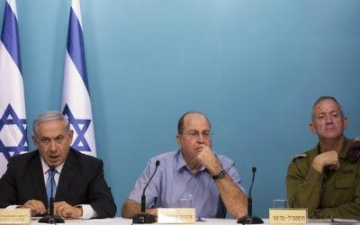 Benjamin Netanyahu, Premier ministre, Moshe Yaalon, alors ministre de la Défense, et Benny Gantz, alors chef d'Etat-major Benny Gantz, à Jérusalem, le 27 août 2014. (Crédit : Yonatan Sindel/Flash90)