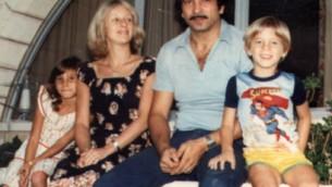 De gauche à droite : Claire Hajaj, sa mère, son père et son frère au Koweït en 1980 (Crédit : Courtoisie)