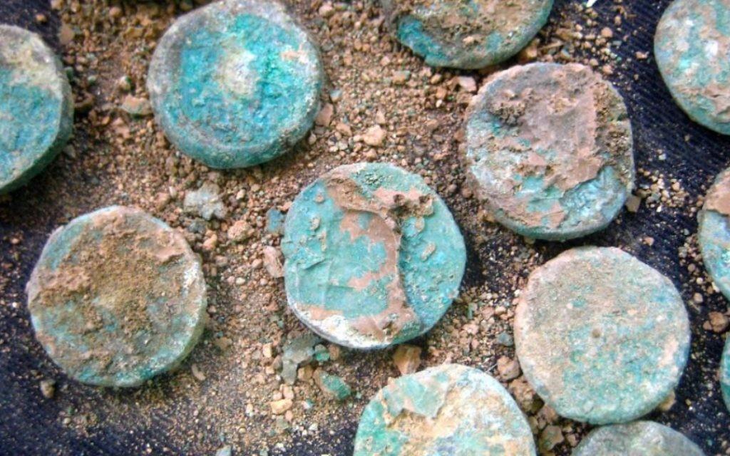 Une sélection de pièces de monnaie juives remontant à la Révolte trouvés sur un site d'époque romaine en dehors de Jérusalem. (Crédit : Ilan Ben Zion / Times of Israel staff)