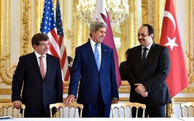 John Kerry avec le ministre des Affaires étrangères turques, Ahmet Davutoglu, à gauche, et le ministre des Affaires étrangères qatari, Khalid al-Attiyah à Paris le 26 juilliet 2014 (Crédit : Département d'Etat américain)