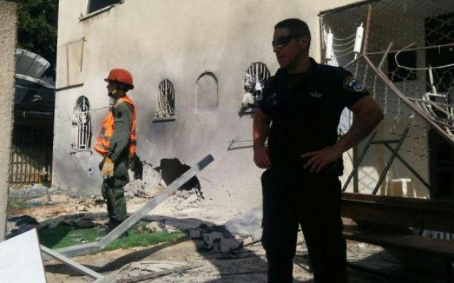 La police et les secours à la synagogue d'Ashdod touchée par une roquette le 22 août 2014 (Crédit : Israel Police)