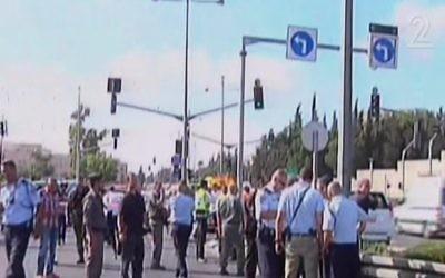 La police sur les lieux de l'attaque près de Wadi aj Joz et le mont Scopus à Jérusalem le lundi 4 août (Crédit : capture d'écran Deuxième chaîne)