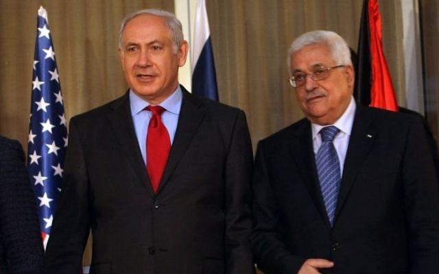Le Premier ministre  Benjamin Netanyahu (à gauche) et le président de l'Autorité palestinienne Mahmoud Abbas, le 15 septembre 2012. (Crédit : KOBI Gideon/Flash90)
