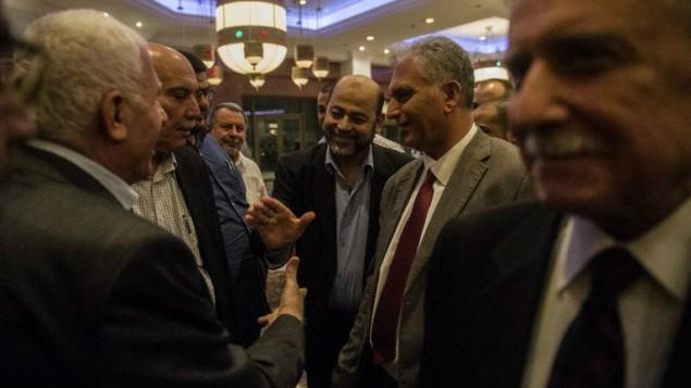 Le chef-adjoint du Hamas, Moussa Abu Marzouk (au centre) qui serre la main au chef de la délégation palestinienne, Azzam al-Ahmad (à gauche) après une réunion avec des hauts-responsables égyptiens le 11 août 2014 (Crédit : AFP/Khaled Desouki)