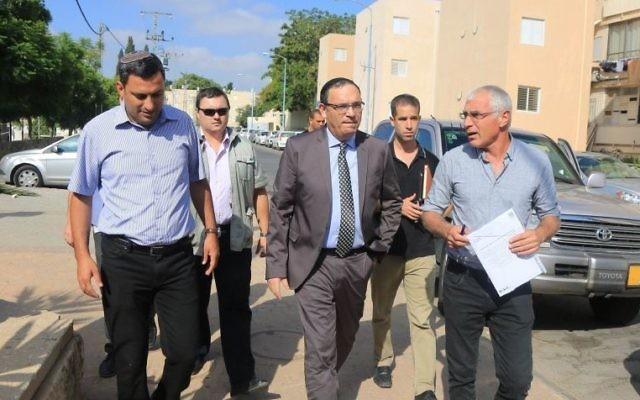 Le ministre de l'Education, Shai Piron (au centre), avec les maires du Sud d'Israël le 25 août 2014 (Crédit : Courtoisie du Ministère de l'Education)