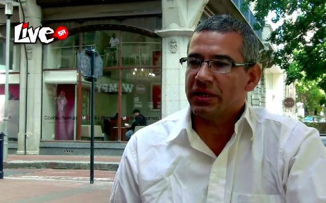 Le secrétaire provincial de la branche de Western Cape du Congrès des syndicats sud-africains Tony Ehrenreich (Crédit/capture d'écran : YouTube, Live Magazine SA)