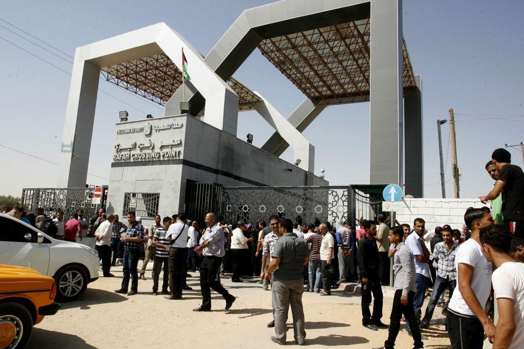 Les Palestiniens attendant d'aller en Egypte au passage frontalier de Rafah à la frontière entre le sud de la bande de Gaza et l'Egypte le 17 juin 2014 (Crédit : Abed Rahim/Flash90)