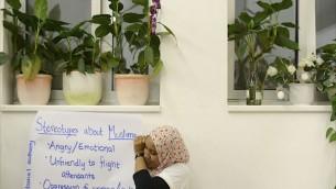 Les participants au MJC explorant les stéréotypes négatifs (Crédit : Daniel Shaked)