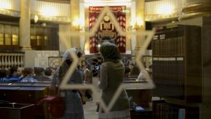 Visite de la synagogue de Vienne, la seule qui n'a pas été détruite pendant la guerre (Crédit : Daniel Shaked)
