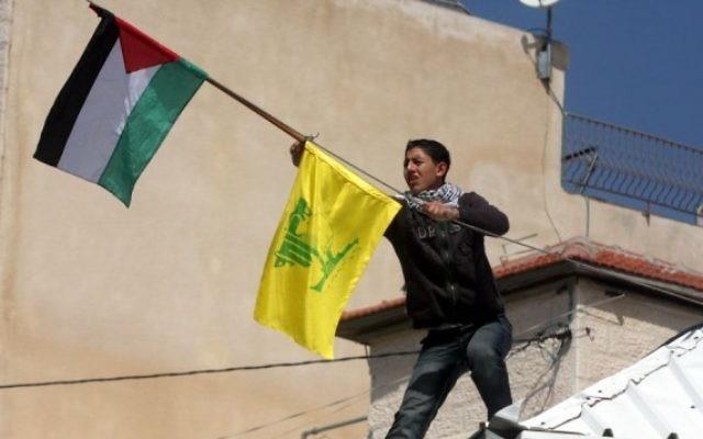 Un drapeau du Hezbollah est accroché à l'extérieur de la maison du terroriste palestinien responsable du meurtre de huit étudiants de la yeshiva Mercaz Harav à Jérusalem le 6 Mars 2008 (Crédit : Flash90).