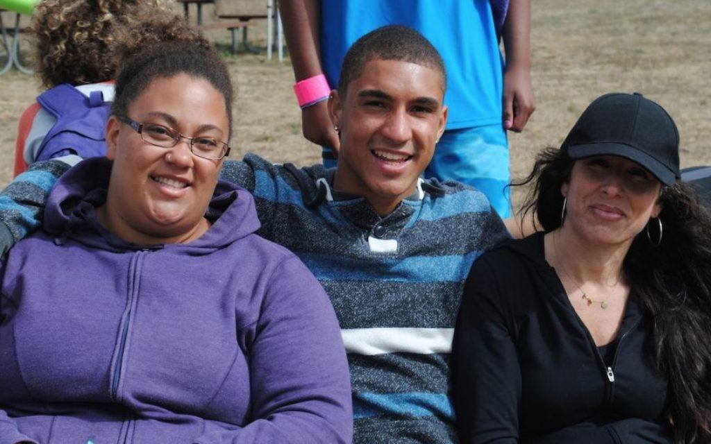 Sarah Spencer, à droite, co-directrice du Camp Be'chol Lashon, avec les conseillers Andrea Pressman et Reece Pressman. (Crédit : Rebecca Spence / JTA)