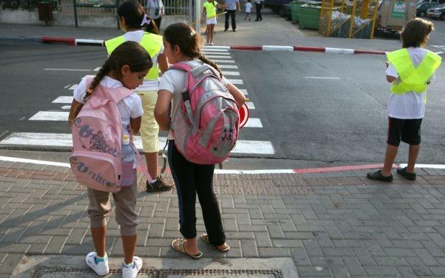 Des écolières à un feu rouge. Illustration. (Crédit : Liron Almo/Flash90)