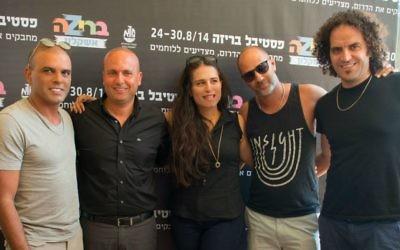 Le maire d'Ashkelon Itamar Shimoni (deuxième à gauche) et les artistes qui seront sur scène au Festival de Briza de la ville au cours de la dernière semaine d'août (Crédit : Sigal Eiland)