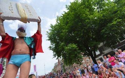 Les passagers sur le bateau juif à la gay pride Amsterdam, le 2 août 2014 (Crédit : Cnaan Liphshiz / JTA)