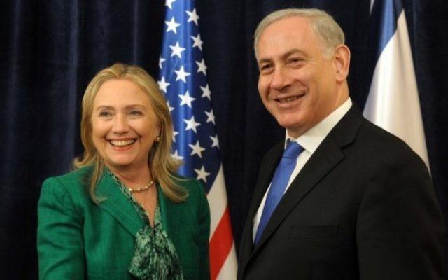 Hillary Clinton, alors secrétaire d'Etat, et le Premier ministre Benjamin Netanyahu lors de la 67e Assemblée générale des Nations unies à New York, le 27 septembre 2012. (Crédit : Avi Ohayon/GPO/Flash90)