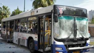 Le bus de l'attentat de Tel Aviv en novembre 2012 (Crédit : Moshe Milner/GPO/Flash90)