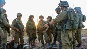 Des soldats de la brigade Givati à l'entrée d'un tunnel terroriste (Crédit : IDF Spokesperson/FLASH90)