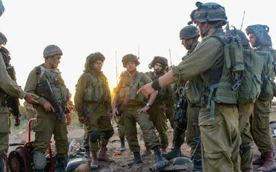 Des fantassins de la brigade Givati de Tsahal autour d'un tunnel dans la bande de Gaza, le 24 juillet 2014. Crédit : Tsahal/Flickr)