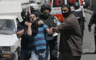 Des policiers israéliens arrêtant un palestinien suspecté d'avoir jeté des pierres dans le quartier de Wadi al-Joz, à Jérusalem. (Crédit : Sliman Khader/Flash90)
