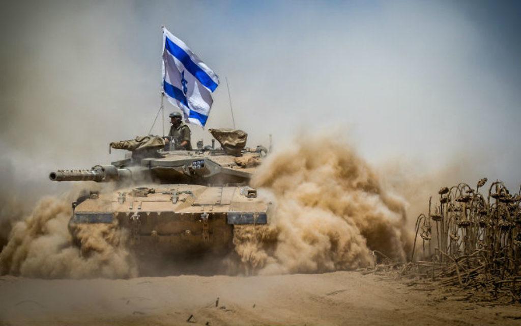 Un tank Merkava se retire de la bande de Gaza -3 août 2014 (Crédit : Flash 90)