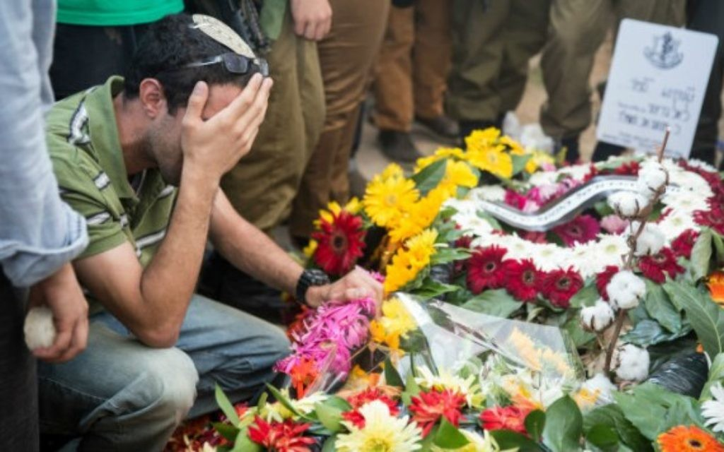 Famille et amis à l'enterrement de Liel Gidoni - 3 août 2014 (Crédit : Hadas Parush/Flash 90)
