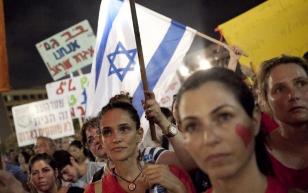 Des Israéliens se rassemblent lors d'une manifestation appelant le gouvernement et l'armée pour mettre fin aux tirs de roquettes palestiniens de Gaza une fois pour toutes, à Tel Aviv le 14 août, 2014 (Crédit : Flash 90)