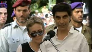 Simha Goldin à l'enterrement de son fils Hadar Goldin, mort au combat à Gaza (Crédit : capture d'écran Ynet)