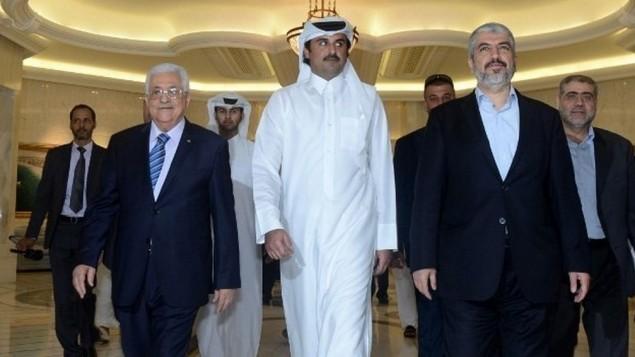 Mahmoud Abbas, président de l'Autorité palestinienne, à droite, l'émir du Qatar, Tamim ben Hamad Al Thani, au centre, et le dirigeant du Hamas Khaled Meshaal à Doha, le 21 août 2014. (Crédit : Thaer Ghanem/PPO/AFP)