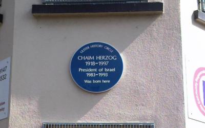 Plaque à Belfast commémorant la naissance de Chaïm Herzog, président d'Israël de 1983 à 1993 (Crédit : Wikimedia Commons CC A 3.0/Keresaspa)