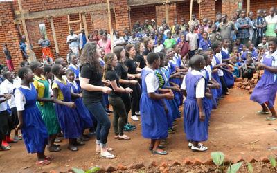 Les membres de l'équipe Innovation Africa dansent avec les élèves de l'école primaire N'gozi, Malawi avant que les lumières sont allumées pour la première fois dans leurs salles de classe. (Autorisation)