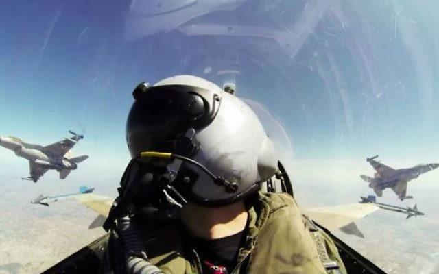 Un pilote de l'armée de l'air israélienne au cours d'un vol (Capture d'écran : YouTube/Israel Defense Forces)