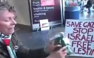 Manifestation contre les produits israéliens dans un supermarché britannique Tesco, Juillet 2014 (capture d'écran: YouTube / Kashif Raza)