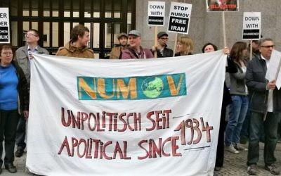 manifestation contre NUMOV en avril 2014 pendant une conférence iranienne (Crédit : Courtoisie/Michael Spaney Stop the Bomb)