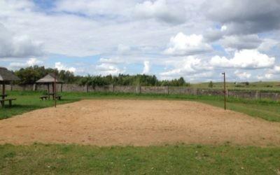 Terrain de volley à Wizajny où des monuments funéraires ont été déplacés, mais il reste des Juifs qui ont été laissés sous terre. (Crédit : autorisation From thé depths)