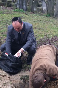 Vestiges juifs pris pour la réinhumation à Varsovie par le chef de l'organisation De la profondeur de Jonny Daniels (à gauche). (Crédit : autorisation)