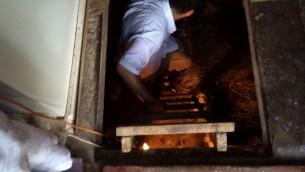 Jonny Daniels descend dans le bunker de la famille Kowalski où deux jeunes filles juives ont été cachées pendant la Seconde Guerre mondiale avant la découverte par les nazis qui les ont tuées. (Crédit : autorisation)