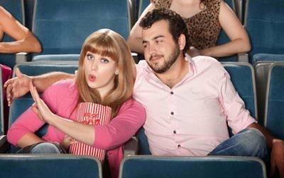 Illustration d'un couple à un rendez-vous amoureux (Crédit : via Shutterstock - http://http//www.shutterstock.com/pic-101281786/stock-photo-young-woman-annoyed-with-boyfriend-in-theater.html?src=UJLdUBb6WWELLz5-GR0zsA-1-5)