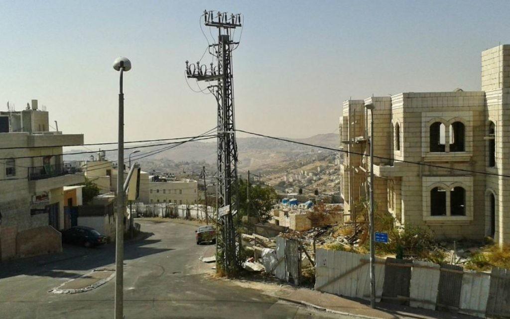Vue surplombante vers Jabel Mukaber depuis la rue  Meir Nakbar (Crédit : Simone Somekh / Times of Israël)