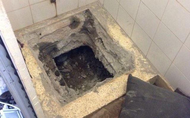 Un tunnel creusé dans la salle de bains d'une cellule occupée par huit membres du Jihad islamique dans la prison de Gilboa au nord d'Israël 3 août 2014 (Crédit : service pénitentiaire israélien)