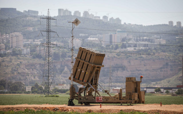 Une batterie Dôme de fer près de Haifa (Crédit : Avishag Shaar Yashuv, Flash90)