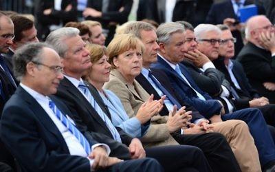 """(G à D) Le président du Conseil central des juifs d'Allemagne, Dieter Graumann, le président allemand, Joachim Gauck, la chancelière allemande Angela Merkel, l'ancien président allemand Christian Wulff, le maire de Berlin Klaus Wowereit, le vice-chancelier allemand, Sigmar Gabriel, ministre allemand des Affaires étrangères Frank-Walter ministre de l'Intérieur Steinmeier et allemand Thomas de Maizière participent à un rassemblement contre l'antisémitisme intitulé « Debout contre la haine du Juif - Plus jamais !"""" à Berlin, le 14 septembre 2014 (Crédit : AFP PHOTO / JOHN MACDOUGALL)"""